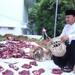 Walkot Bogor Bima Arya bagikan daging sapi di bongsang