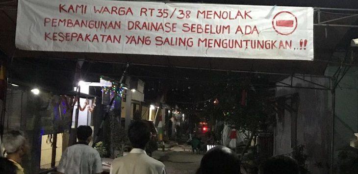 Warga Klari Karawang tolak proyek drainase APL./Foto: Ega