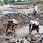 Warga Pangkalan Kabupaten Karawang gali bebatuan untuk dapatkan air