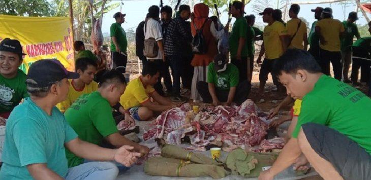 Warga Purwakarta ganti plastik dengan daun jati untuk bungkus daging kurban./Foto: Rmol