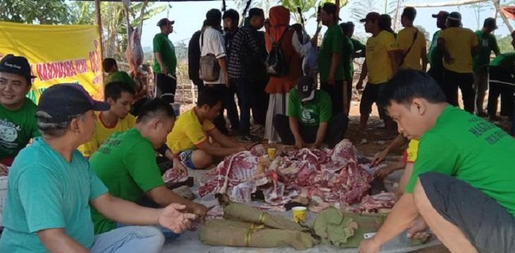 Warga ganti plastik dengan daun jati untuk bungkus daging kurban