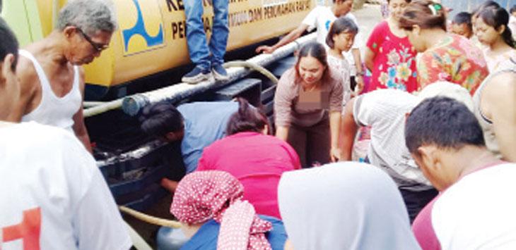 Pemdes Karangtengah saat memberikan bantuan air bersih di Kampung Kamandoran, senin (26/8/19).