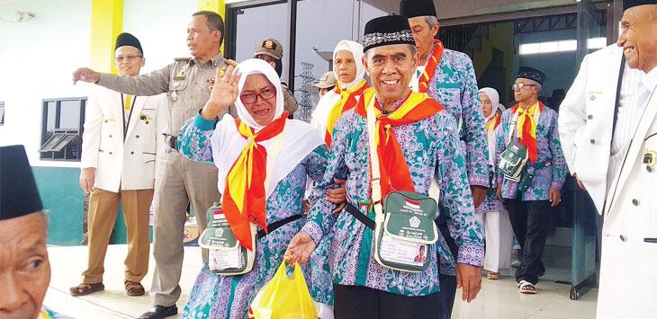 Hari ini, jamaah haji Kloter 15 tiba di Kabupaten Sukabumi sekira pukul 14.20 WIB.