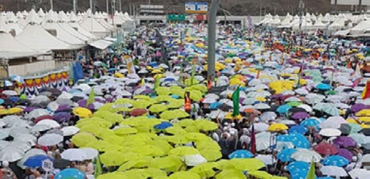 Meski diguyur hujan angin yang kencang, namun ribuan jamaah haji tetap berjalan menggunakan payung menjalankan ibadah.