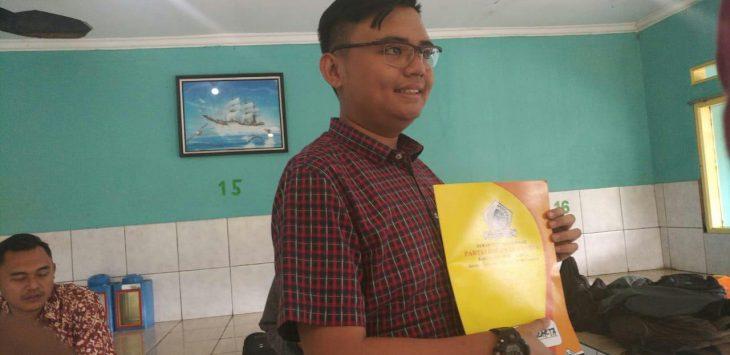 Maula Akbar, sekretaris golkar purwakarta saat memperlihatkan SK dari DPP terkait pengangkatan ketua DPRD Purwakarta.