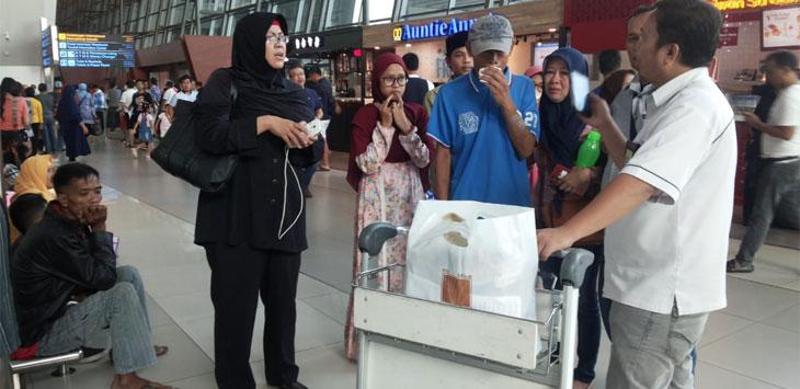 Abdul Karim, TKI yang sakit saat dijemput di Bandara oleh Pemkab Purwakarta.