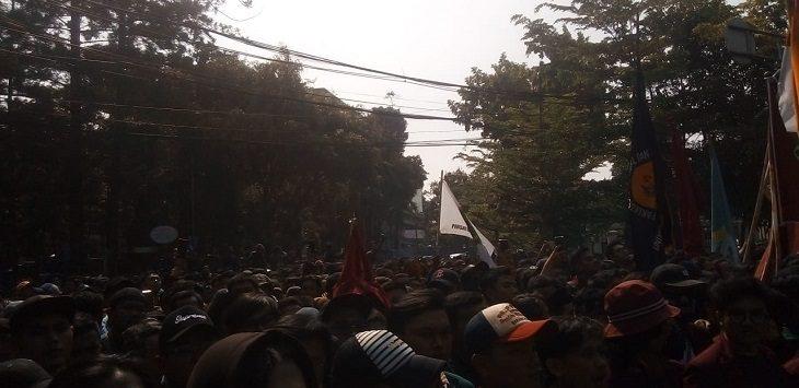 Aksi Mahasiswa di depan gedung DPRD Jabar, Bandung, Senin (23/9/2019)./Foto: Arief