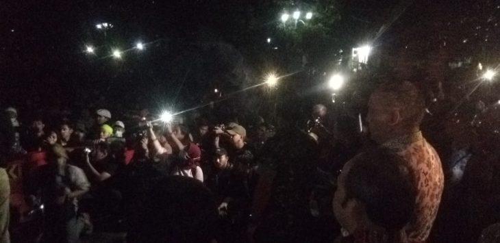 Anggota DPRD Jabar saat dialog dengan mahasiswa Bandung yang demo di depan Gedung Sate (arf)