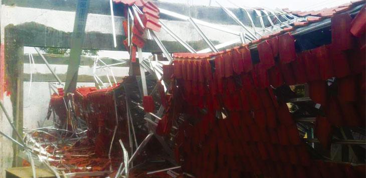 Kondisi Sekolah Dasar 1 Cileunca yang atapnya ambruk. Padahal, sekolah tersebut baru mendapat rehab.