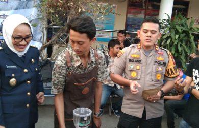 Kapolres Cirebon Kota AKBP Roland Ronaldy (kedua dari kanan) saat mendatangi aksi minum kopi gratis puluhan barista dan pegiat kopi di Makopolresta Kota Cirebon. Alwi/pojokjabar