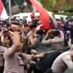 Bentrok antara polisi dan mahasiswa Unpak di kawasan Terminal Baranangsiang (ist)