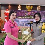 Ketua Bhayangkari Cabang Cirebon Ny. Windy Suhermanto memberikan penghargaan kepada Bhabinkamtibmas Desa Purbawinangun Kecamatan Plumbon, Bripda Sri Rohani. Kirno/pojokjabar