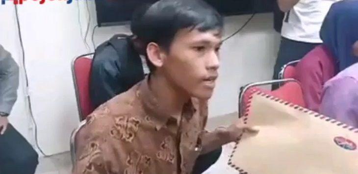 Tito, salah satu peserta demo dari Solidaritas Pengangguran dan Pribumi Karawang di Pemkab Karawang, Kamis (12/9/2019)./Foto: Ega