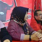 Ketua DPC PDI Perjuangan Kabupaten Cirebon, Imron Rosyadi (ketiga kanan) saat memberikan keterangan kepada wartawan. Ghofar/pojokjabar