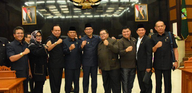 Gubernur Jabar Ridwan Kamil foto bersama dengan beberapa jajaran anngota dewan DPRD Jabar./Foto: Arief