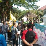 Puluhan mahasiswa dari PMII melakukan aksi di depan kantor bupati cirebon. Kirno/pojokjabar