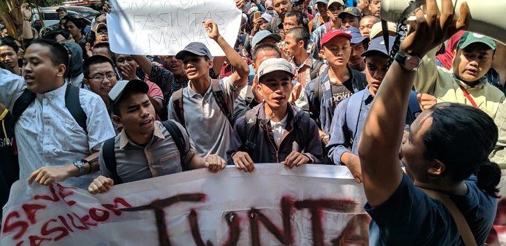 Demo mahasiswa Fasilkom di Rektorat Unsika, Kamis (12/9/2019)./Foto: Ega