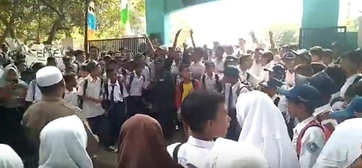 Demo pada siswa SMPN 2 Lemahabang Karawang