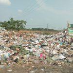 Seorang pemulung sedang mengumpulkan barang-barang bekas di gunungan sampah TPS Ilegal eks terminal Weru. Kirno/pojokjabar