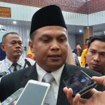 Kader PDI Perjuangan Kabupaten Cirebon, H Mustofa SH saat memberikan keterangan kepada wartawan. Ghofar/pojokjabar