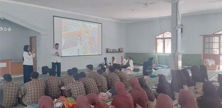 Ikatan Apoteker Indonesia (IAI) Kota Sukabumi saat melakukan kegiatan sosialiasi ke lingkungan pendidikan tentang bahaya penyalahgunaan obat-obatan.