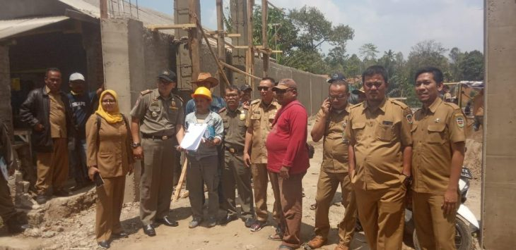 Tim gabungan dari Dinas DPMTSP, Ciptakarya dan Satpol PP menutup sementara pembangunan di desa wanasari kecamatan wanayasa