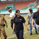 Sekjen PSSI, Ratu Tisha (Tengah) Meninjau Stadion Pakansari