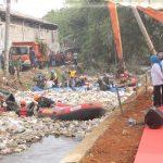 Iriana Jokowi saat berada di pinggir sungai Cipakancilan yang penuh sampah (ist)