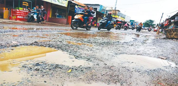Salah satu ruas jalan di Purwakarta yang kondisinya rusak.