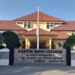 Bendera Merah Putih setengah tiang berkibar di Kantor Bupati Cirebon. Ghofar/pojokjabar