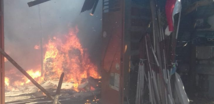 Gudang pembuatan bantal dan rumah di desa Tangkil Kecamatan Susukan Kabupaten Cirebon terbakar. Kirno/pojokjabar