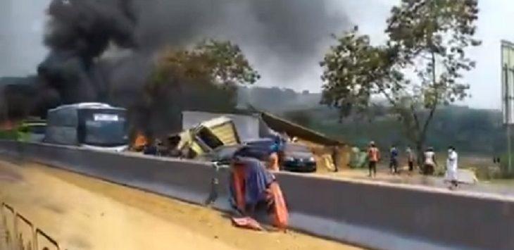 Situasi kecelakaan di Tol Cipularang arah Jakarta. Senin (2/9/2019)./Foto:Istimewa