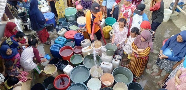 Warga Desa Cintaasih terdampak tengah mengantre air dari BPBD Kabupaten Karawang, Rabu (18/9/2019)./Foto: Ega