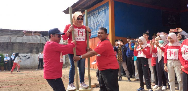 Ketua PMI Kabupaten Cirebon mencoba permainan tradisional egrang. Ghofar/pojokjabar