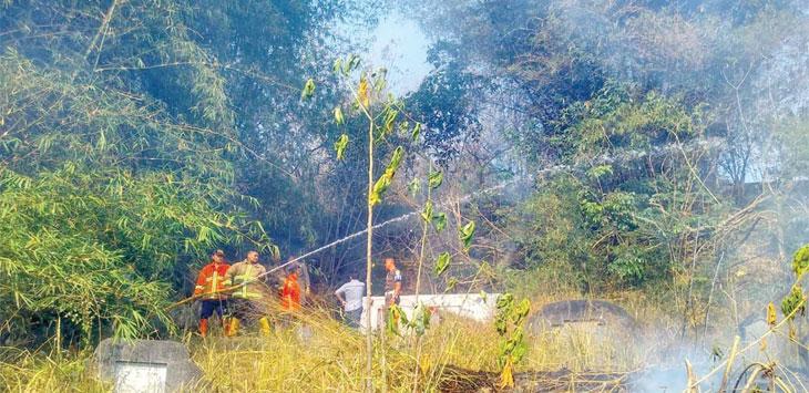 Petugas Pemadam kebakaran BPBD Kota Sukabumi saat memadamkan kebakaran lahan di area pemakaman Santiong, Kelurahan Cikundul, Kecamatan Lembursitu, kamis (19/9/19).