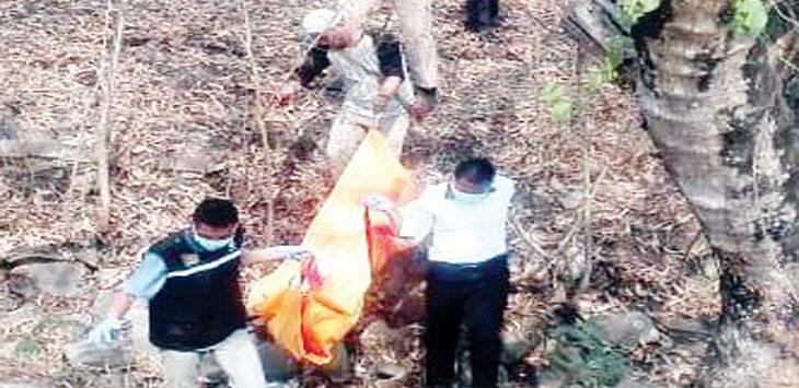 Anggota Polres Purwakarta mengevakuasi mayat yang ditemukan warga di semak-semak tak jauh dari Tol Cipularang KM 77.