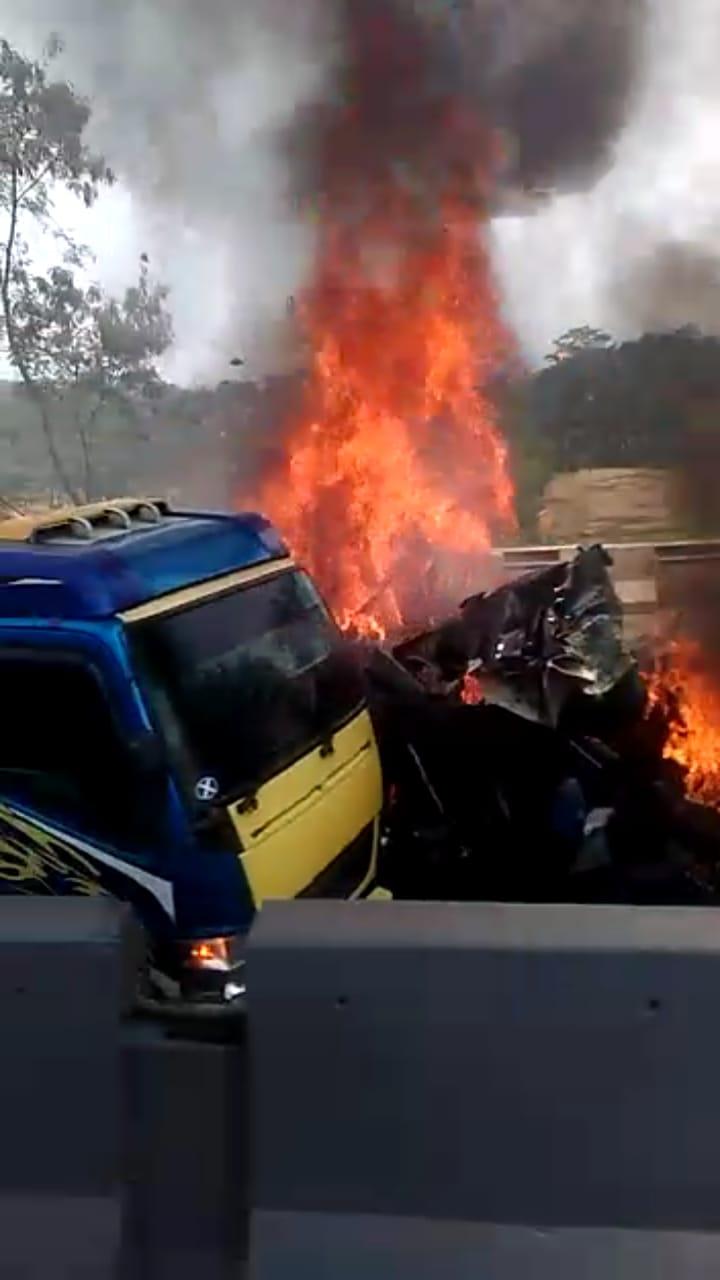 Mobil yang terbakar saat tabrakan beruntun di Tol Cipularang KM 91 (ist)