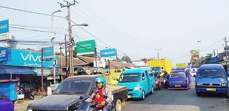 Kondisi arus lalu lintas di Jalan Cibadak-Cicurug nampak padat merayap, senin (9/9/19).