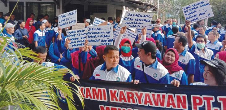 Serikat pekerja PT. Tangmas sedang melakukan unjuk rasa di depan kantor PT. Tangmas untuk melawan kesemena – menaan manajemen perusahaan yang melakukan PHK sepihak kepada 108 orang karyawannya. Radar Depok
