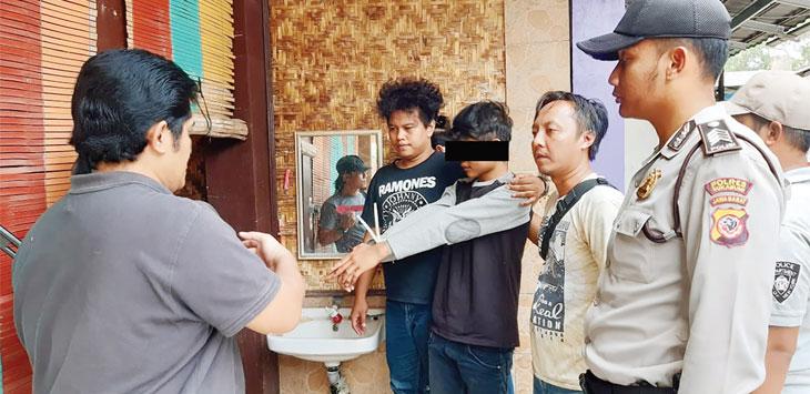 Polres Sukabumi saat melakukan oleh tempat kejadian perkara di rumah Zainah (55). Warga Kampung Kebonjati RT 3/1, Desa Bojonglongok, Kecamatan Parakansalak, kamis (19/9/19).