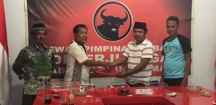 Dua tokoh Indramayu mengambil formulir penjaringan bakak calon Bupati dan Wakil Bupati dari PDI Perjuangan. Ist/pojokjabar