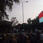 Pengamanan polisi ketika mahasiswa Bandung demonstrasi di gedung DPRD (arf)