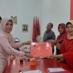 Wahyu Tjiptaningsih mengambil formulir pendaftaran bakal calon wakil bupati di Kantor DPC PDI Perjuangan Kabupaten Cirebon. Ghofar/pojokjabar