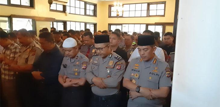 Personel Polrestabes Bandung Shalat Ghoib Untuk Presiden RI ke 3 BJ Habibie