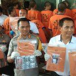 Kapolres Cirebon, AKBP Suhermanto didampingi Kasat Narkoba AKP Joni beberkan barang bukti. Kirno/pojokjabar