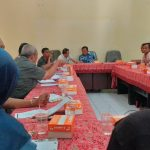 Para ketua panitia pemilihan Kuwu dan kepala DPMD melangsungkan rapat pelaksanaan seleksi akademis di Aula DPMD. Ghofar/pojokjabar