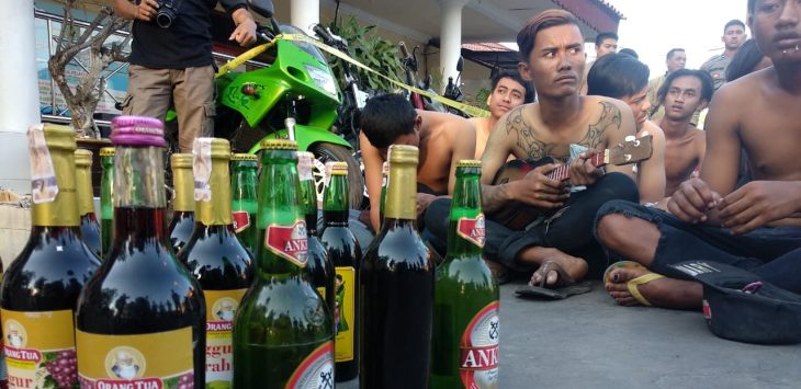 Puluhan botol miras dan preman jalanan berhasil diamankan kepolisian Resor Cirebon Kota. Pengamanan tersebut bentuk dari antisipasi kejadian tewasnya Muhammad Rozien santri Ponpes Husnul Khotimah yang ditusuk orang dikenal pada Jumat malam (6/9/2019). Alwi/pojokjabar