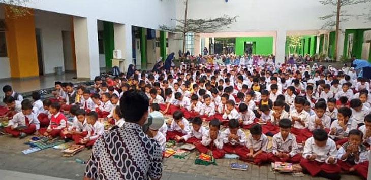 Siswa SD El Fitra Kota Bandung menggelar doa bersama untuk almarhum Presiden ke 3 Indonesia BJ Habibie
