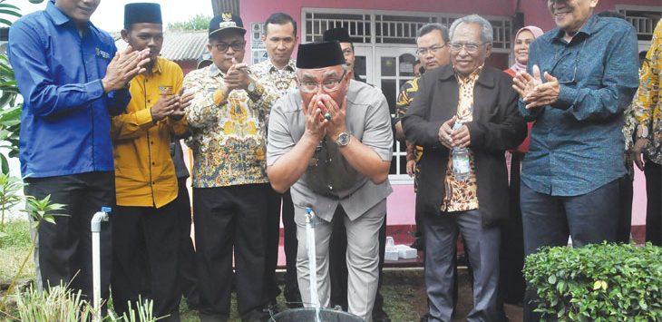 Walikota Depok Mohammad Idris ketika membuka kran air bersih dalam giat peresmian Spam Komunal di RT04/06 Kelurahan Cipayung, Kecamatan Cipayung, Kota Depok, Kamis (19/9). Radar Depok