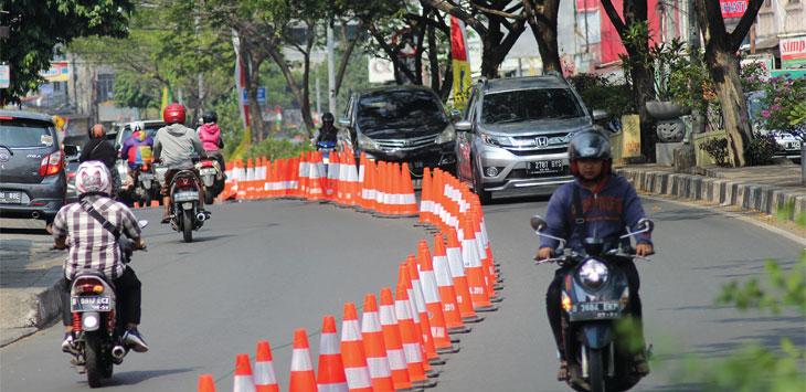Sejumlah kendaraan melintas di kawasan Jalan Arif Rahman Hakim yang diterapkan sistem contra flow, jum'at (6/9/19). Radar Depok